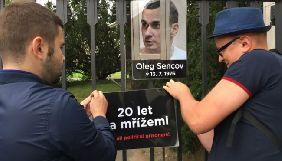 У Празі в День народження Сенцова активісти влаштували акцію під посольством РФ