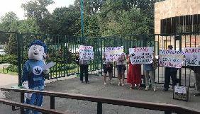Протестувальники із закритими обличчями і в костюмі мультяшного героя Нулика вимагали відставки Аласанії