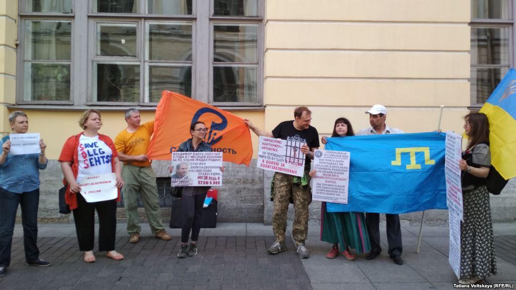 У Санкт-Петербурзі суд заарештував на п'ять діб активістку за пікет на підтримку Сенцова