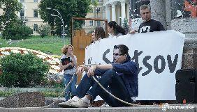На Майдані активісти у масках Трампа, Путіна та Меркель провели перформанс на підтримку Сенцова