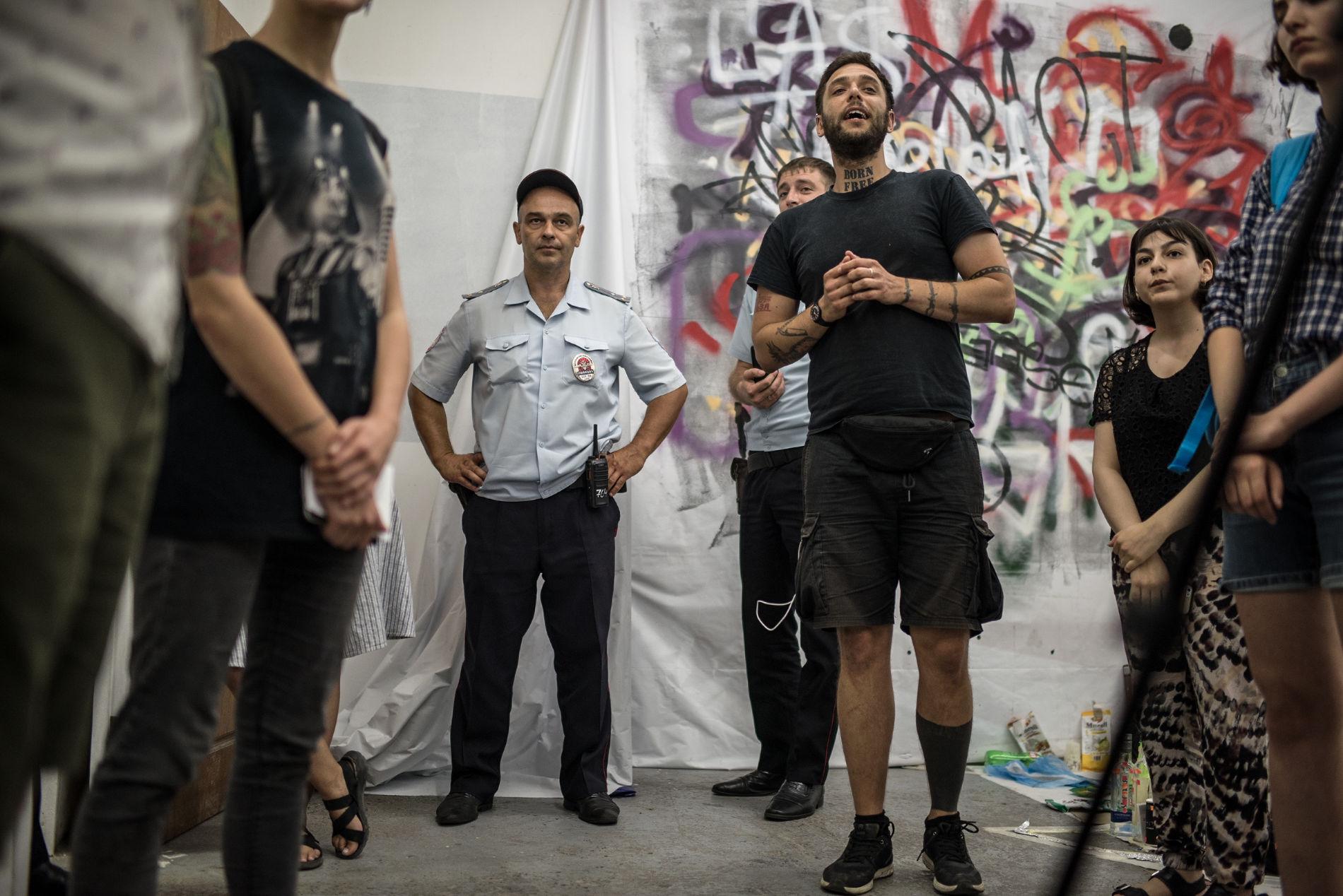 У Росії напали на головреда Moloko plus Павла Нікуліна та журналістку Софіко Аріфджанову, того ж дня поліція вилучила тираж видання