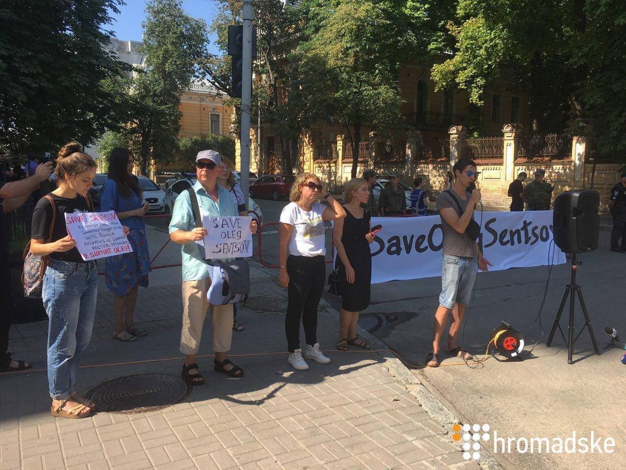 У Києві під Адміністрацією президента активісти влаштували акцію на підтримку Сенцова