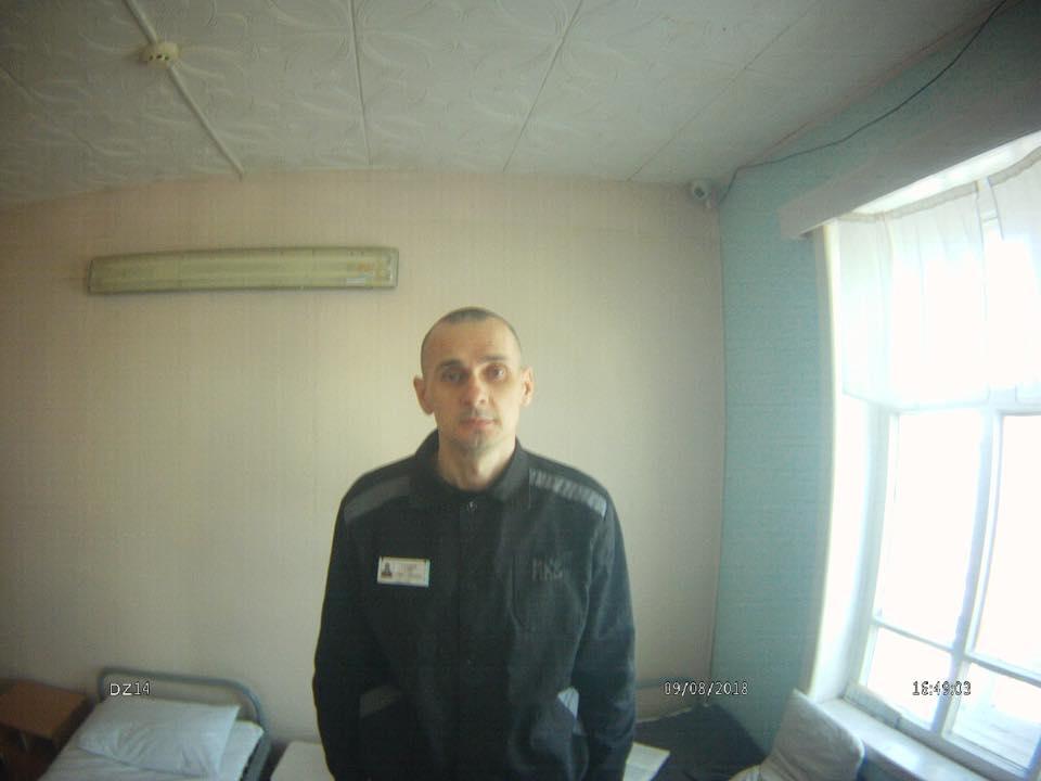 Омбудсмен оприлюднила фото голодуючого в колонії Сенцова та повідомила про третю кризу в його стані