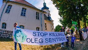 У Німеччині активісти провели пікет на підтримку Сенцова біля замку, де зустрічалися Меркель та Путін