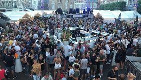 У Нідерландах учасникам фестивалю запропонували наклеїти червону крапку на лоб, аби їх не фотографували