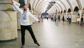 Британские дипломаты станцевали украинский народный танец на улицах Киева