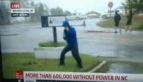 Американський репортер вдав, наче його здуває ураган Флоренс у прямому ефірі (ВІДЕО)