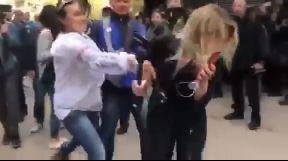 Журналістку NewsOne вдарили під час прямого включення під ГПУ (ДОПОВНЕНО)