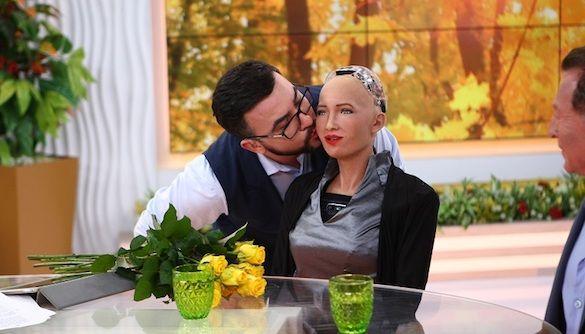 Руслан Сеничкин – первый мужчина, которому робот София разрешила ее поцеловать