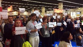 Відвідувачі книжкового ярмарку у Франкфурті-на-Майні влаштували мовчазну акцію «Save Oleg Sentsov» біля російського стенду