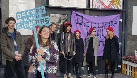 Під стінами «Кінопанорами» провели акцію-перформанс проти закриття кінотеатру