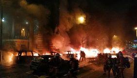 У Парижі біля редакції Le Parisien горіли автівки
