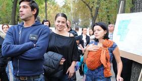 Маричка Падалко с новорожденным протестует под посольством США