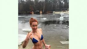 Как Елена Бондаренко, Анна Тесленко и Наталья Соколенко в прорубь окунулись (ФОТО)