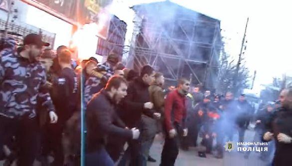 """Сутичок могло бути більше: для провокацій, під час виступу Порошенка у Франківську, привезли вісім автобусів аваківських """"Національних дружин"""" (фото+відео)"""