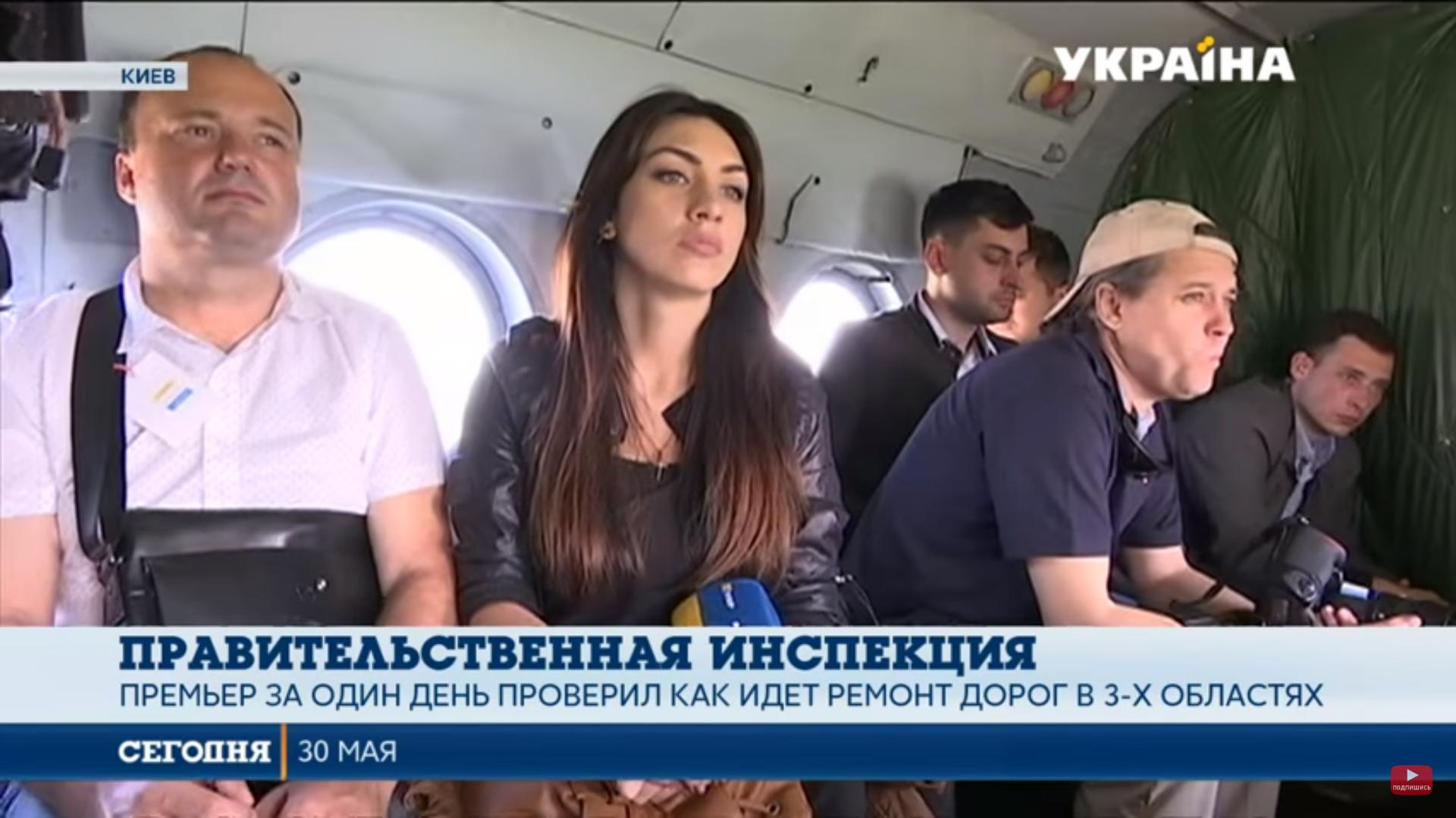 Володимир Гройсман покатав журналістів на вертольотах