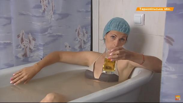 На ICTV кореспонденти купаються в пиві, на «1+1» — розповідають про альтруїзм МАУ