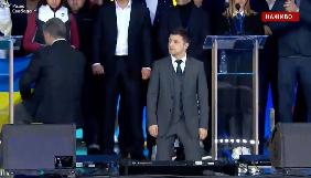 Зеленський і Порошенко стали на коліна перед родичами загиблих у війні