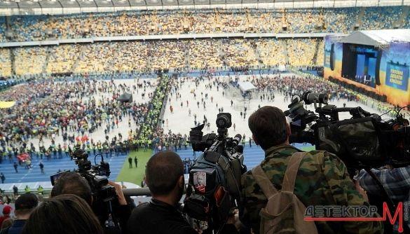Журналісти на стадіонних дебатах: годинна черга, привілеї для акредитованих у Зеленського, гамір прихильників Порошенка