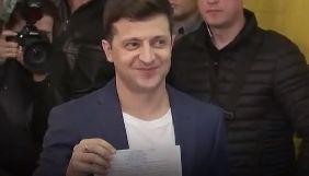 Володимир Зеленський під час голосування показав журналістам заповнений бюлетень