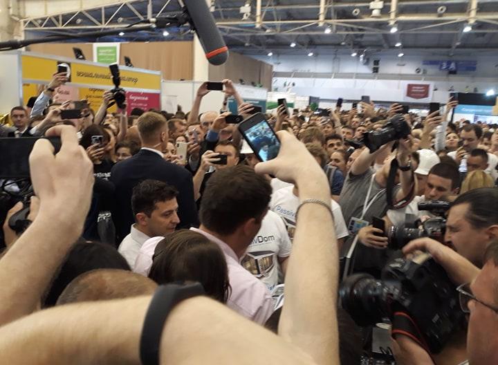 На iForum охоронці Зеленського силою відтіснили від нього журналістів, постраждав кореспондент Liga.net
