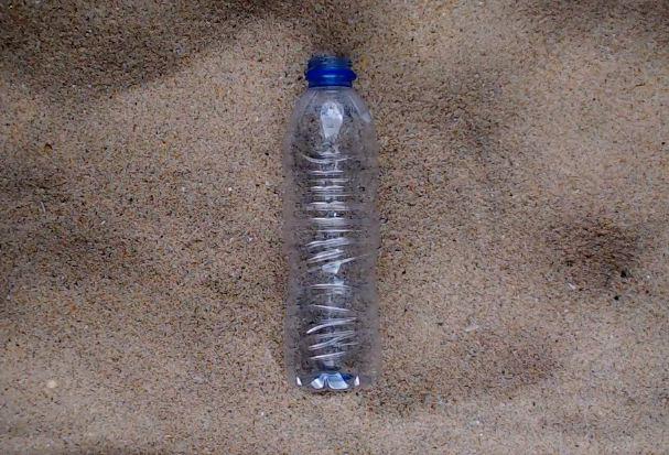 У Facebook запустили прямий ефір на 450 років із розкладанням пластикової пляшки