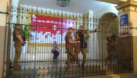 Кінотеатр «Київ» повідомляє про рейдерське захоплення. У КМДА кажуть, що це інвентаризація
