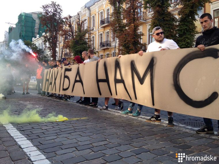 Під будівлею СБУ відбувся мітинг проти показу на «112 Україна» фільму Олівера Стоуна