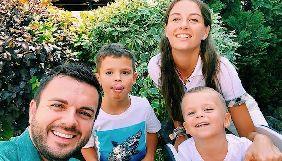 Дружина ведучого «Холостяка» пояснила, чому старшого сина не віддали до школи