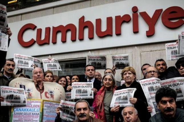 У Туреччині суд скасував вироки п'ятьом колишнім співробітникам газети Cumhuriyet