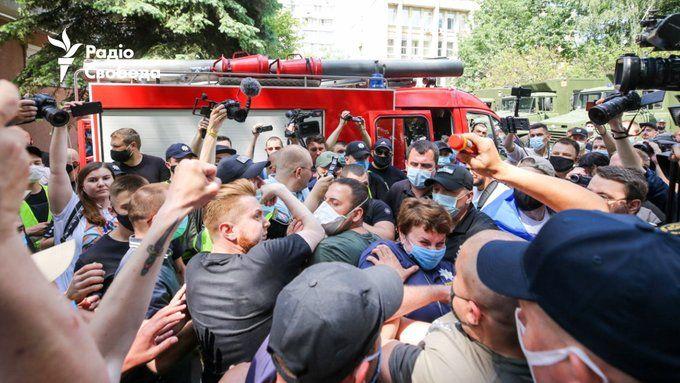 Під судом у справі Стерненка активісти поштовхалися з прихильниками Шарія (ДОПОВНЕНО)
