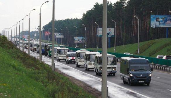 Вибори президента у Білорусі: проблеми з інтернетом, військові та багатокілометрові черги виборців