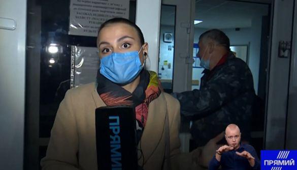 На Київщині на засідання ТВК не пускали журналістів Прямого, а Вікторію Сюмар виштовхали з приміщення