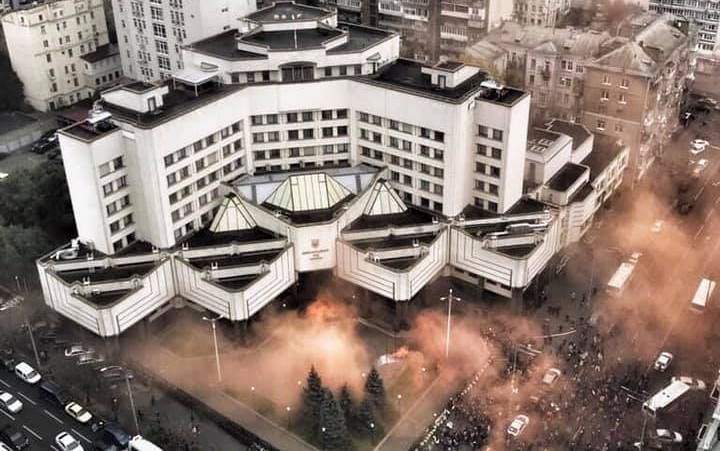 Зеленський ввів у дію екстрене рішення РНБО щодо Конституційного Суду