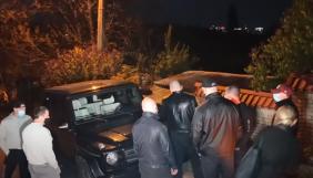 Охорона Медведчука завадила евакуації неправильно припаркованого Mercedes біля будинку політика (ВІДЕО)