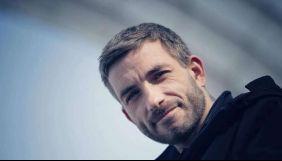 Фотокор «Букв» повідомив, що охоронець Медведчука тримав його ліктем під горло та не пускав до суду (ВІДЕО)