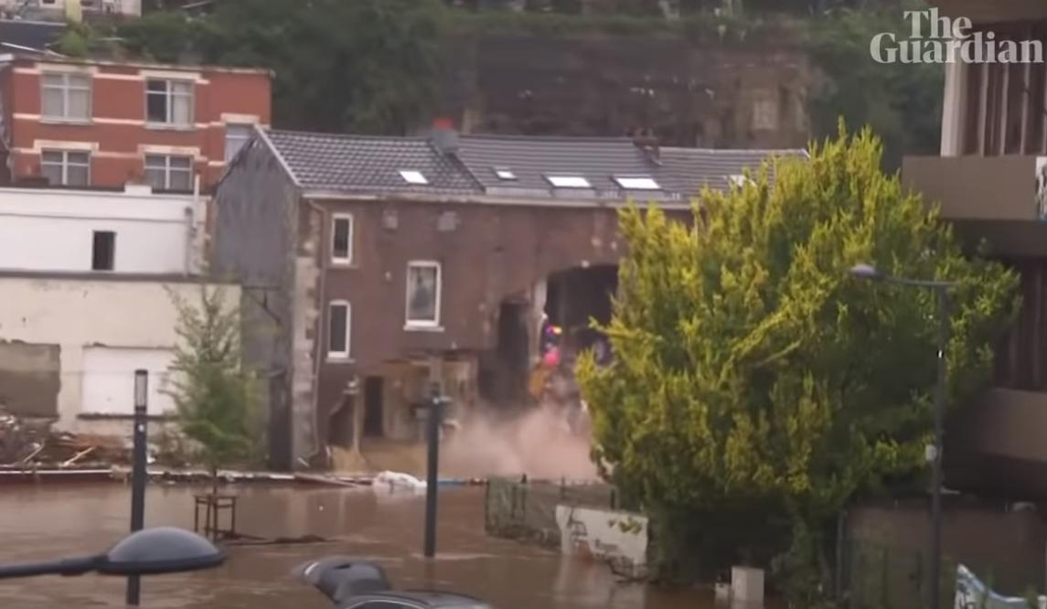 Поки журналісти інтерв'ювали мера бельгійського міста, за його спиною обвалився будинок (ВІДЕО)