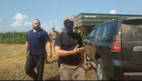 На Черкащині напали на журналіста: вибили телефон з рук, поки він знімав конфлікт двох компаній (ВІДЕО)