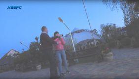 Суд на 850 гривень оштрафував посадовця Волинської митниці, який напав на журналістів каналу «Аверс»
