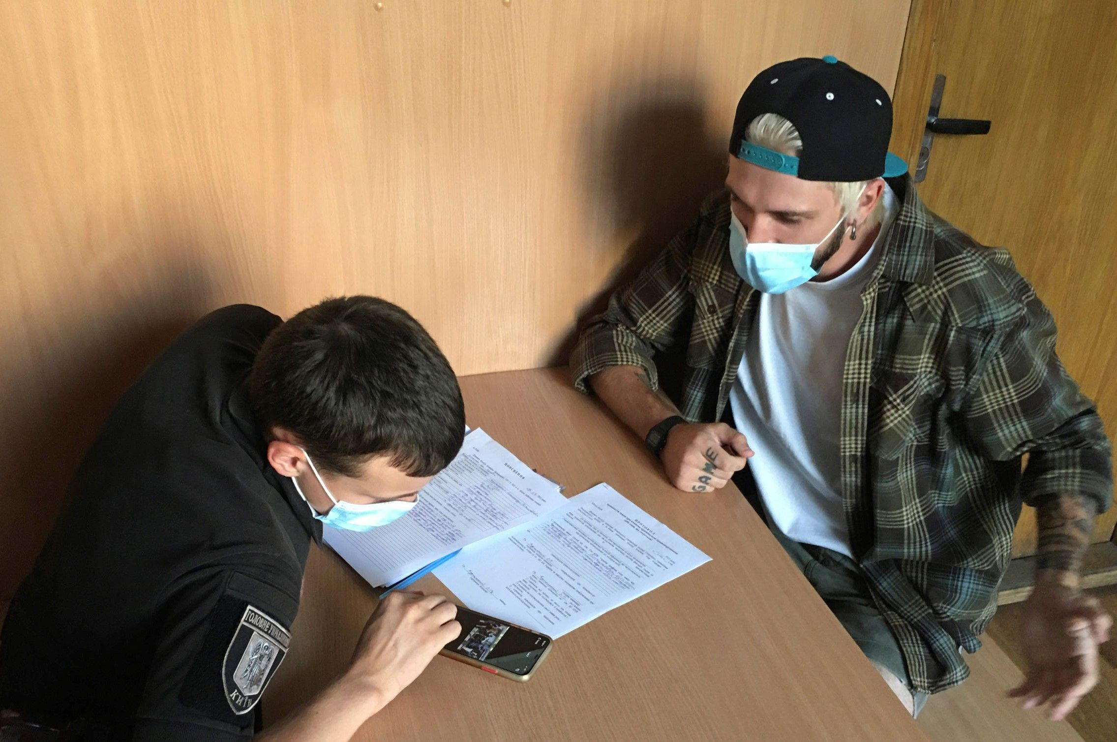 Представники праворадикальних організацій напали на журналіста в Києві під час суду щодо білоруса Боленкова (ВІДЕО)