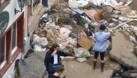 Німецька журналістка вимазала одяг брудом через сором вести репортаж з місця, зруйнованого повенями. Її за це відсторонили (ВІДЕО)