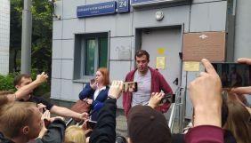 «Вони досягли своєї мети». У Москві відпустили з допиту головреда The Insider Доброхотова. Він розповів про причини обшуку (ВІДЕО)