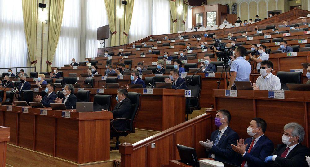 «Інструмент цензури». В Киргизстані з порушеннями прийняли «антифейковий» закон. Медіаактивісти його розкритикували