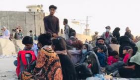 Афганський журналіст добу чекав на представників Канади біля кабульського аеропорту. Вони обіцяли евакуювати його сім'ю, але так і не прийшли (ФОТО)